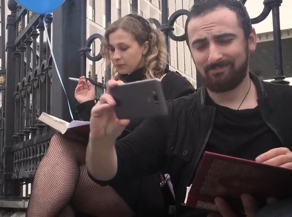 Свобода, равенство, братство. Энтео и Алехина читают Библию