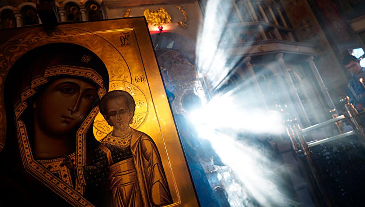 фото человек с иконой казанская здравствуйте